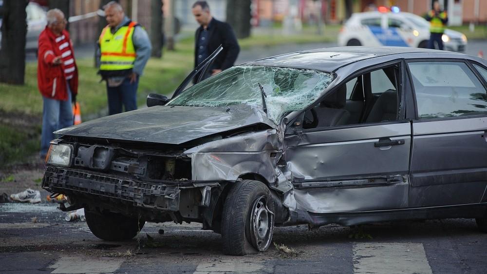 Debrecen, 2016. június 1. Összetört személygépkocsi Debrecenben, a Böszörményi úton, miután elütött két gyalogost 2016. június 1-jén. A balesetben az egyik gyalogos életét vesztette. MTI Fotó: Czeglédi Zsolt