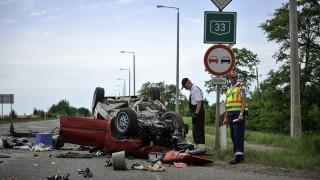 Debrecen, 2016. június 19. Összetört személyautó a Debrecenhez tartozó Kismacs közelében a 33-as fõúton, ahol a két gépjármû frontálisan összeütközött 2016. június 19-én. A balesetben egy ember meghalt, két sérültet a mentõk kórházba vittek. MTI Fotó: Czeglédi Zsolt