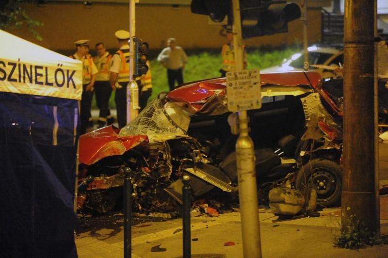 Budapest, 2016. június 7. Összetört személygépkocsi, amely villanyoszlopnak ütközött a fõváros XVII. kerületében, a Pesti úton, a Borsó utcánál 2016. június 6-án éjjel. A  jármûvezetõ szörnyethalt a balesetben. MTI Fotó: Mihádák Zoltán