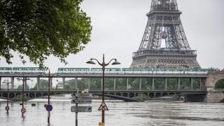 Párizs, 2016. június 3. Az áradó Szajna folyó elönti az alsó rakpartot Párizsban 2016. június 3-án. A Louvre és a d'Orsay múzeumokat be kellett zárni, amiért a Szajna vizszintje az utóbbi csaknem harmincöt év legnagyobb magasságára emelkedett. A háttérben az Eiffel-torony. (MTI/EPA/Jeremy Lempin)