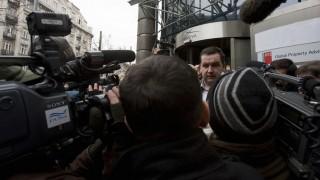 Budapest, 2009. február 16. Mali Zoltán Drávapiski polgármestere nyilatkozik a sajtó képviselõinek a Provident Zrt.-nek helyet adó belvárosi irodaépületnél rendezett tüntetésen. A magát Antiprovident csoportnak nevezõ társaság demonstrációt szervezett az épület elé, hogy a hatóságok azonnali hatállyal függesszék fel a cég mûködését, ami szerintük gyakorlatilag államilag jóváhagyott uzsora-bûncselekmény. Állításuk szerint a gyorshitelt nyújtó vállalkozás a több száz százalékos kamatú kölcsöneivel családok tízezreit teszi tönkre. Az Antiprovident csoport egyébként adócsalás miatt feljelentést is tett a cég ellen, mert véleményük szerint a Provident 2001 áprilisától 2006 októberéig semmilyen nyugtát vagy elismervényt nem adott a kölcsönrészletek átvételekor. Bár ezért a Providentet a Pénzügyi Szervezetek Állami Felügyelete 2 millió forintra megbírságolta, adócsalás ügyében a PSZÁF nem intézkedhetett. MTI Fotó: Szigetváry Zsolt
