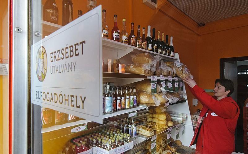 Bihartorda, 2012. március 1.Erzsébet utalvány elfogadóhely felirat Bihartordán, a helyi önkormányzat működtetésében nyílt szociális boltban.MTI Fotó: Czeglédi Zsolt