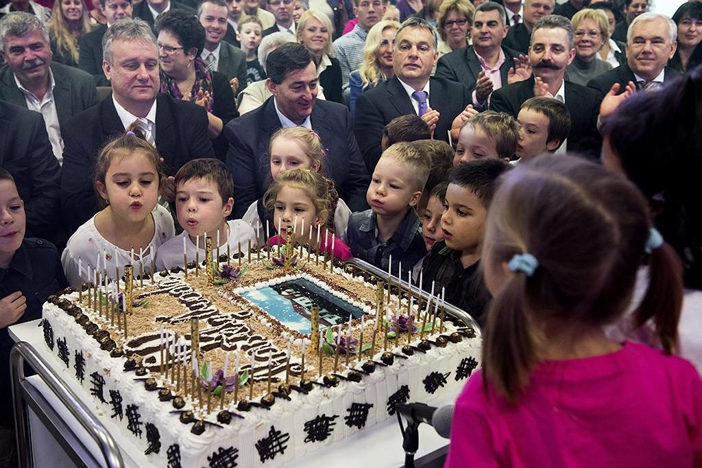 Felcsút, 2015. november 7.Orbán Viktor miniszterelnök (középtől jobbra) a Kastély Óvoda alapításának 60. évfordulója és az óvoda történetéről szóló kiadvány bemutatója alkalmából rendezett ünnepségen Felcsúton, a faluházban 2015. november 7-én. Mellette balra Mészáros Lőrinc polgármester, jobbra Tessely Zoltán (Fidesz-KDNP) országgyűlési képviselő.MTI Fotó: Koszticsák Szilárd