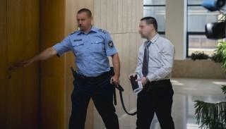 Budapest, 2016. június 22. K. S. Sz. vádlottat vezetik az ellene szexuális erõszak bûntette miatt indított büntetõeljárás harmadfokú tárgyalására a Pécsi Ítélõtábla épületébe 2016. június 22-én. A táblabíróság jogerõsen kilenc év börtönre ítélte a férfit, aki 2014 augusztusában az Eötvös Loránd Tudományegyetem (ELTE) fonyódligeti gólyatáborában megerõszakolt egy lányt. MTI Fotó: Sóki Tamás