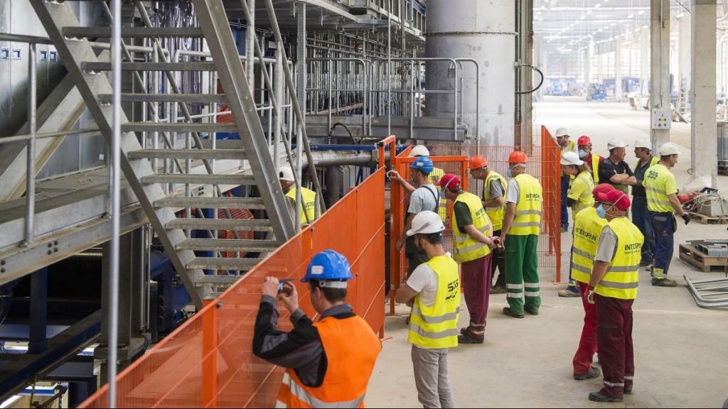 Vásárosnamény, 2016. június 8. Dolgozók figyelik a gyártás beindulását az Interspan Faipari Kft. új üzemében, Vásárosnaményban 2016. június 8-án. A 30 milliárd forintos beruházásból felépített gyárban évi 300 ezer köbméter OSB-lapot tudnak gyártani. MTI Fotó: Balázs Attila