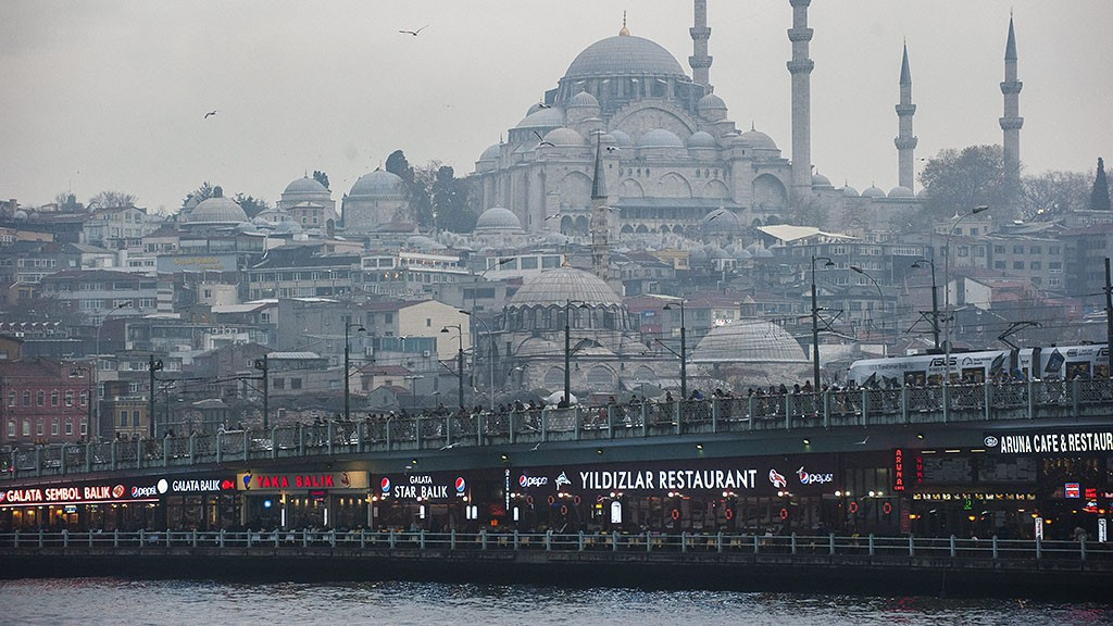 Isztambul, 2014. december 11.Az Aranyszarv-öblöt a régi városrésszel összekötő Galata híd Isztambulban 2014. december 11-én. Háttérben a város második legnagyobb dzsámija, a Szulejmán-mecset.MTI Fotó: Cseke Csilla