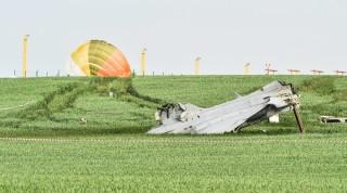 Cáslav, 2015. május 19. A magyar hadsereg JAS-39 Gripen vadászgépének roncsa, miután túlfutott a leszállópályán a Prágától keletre fekvõ Cáslav katonai repülõtéren 2015. május 19-én. A gép mindkét pilótája katapultált, egyikük sem sérült meg. (MTI/EPA)