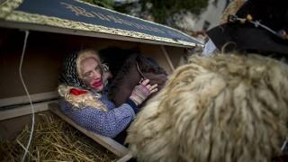 Mohács, 2016. február 7.Egy busó az egyik érdeklődővel egy koporsóban a mohácsi busójárás negyedik napján, 2016. február 7-én.MTI Fotó: Sóki Tamás