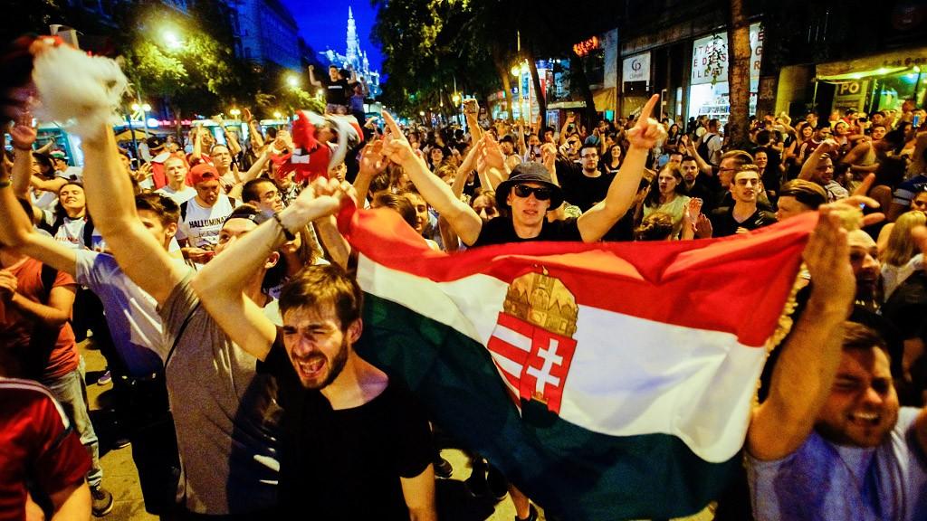 Budapest, 2016. június 14.Szurkolók ünnepelnek Budapesten, az Erzsébet körúton, miután a magyar válogatott 2-0-ra legyőzte Ausztria csapatát a franciaországi labdarúgó Európa-bajnokság F csoportja első fordulójában játszott mérkőzésen Bordeaux-ban 2016. június 14-én.MTI Fotó: Balogh Zoltán