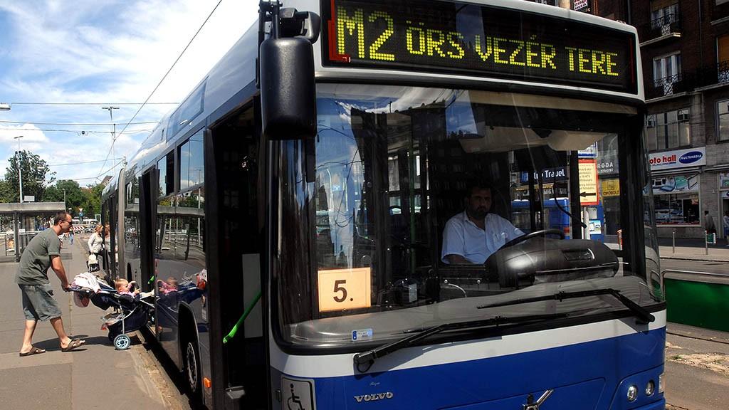 Budapest, 2007. július 7.Csak a Deák Ferenc térig közlekedik a 2-es metró a felújítási munkálatok miatt, így a hétvégétől már itt metrópótló buszra kell szállniuk azoknak, akik az Örs vezér tere felé tartanak. A Déli pályaudvar és az Örs vezér tere közötti 18 perces metróút a pótlóbuszok miatt 10 perccel hosszabb lesz, így az utasoknak 28 perces utazásra kell készülniük.MTI Fotó: Koszticsák Szilárd