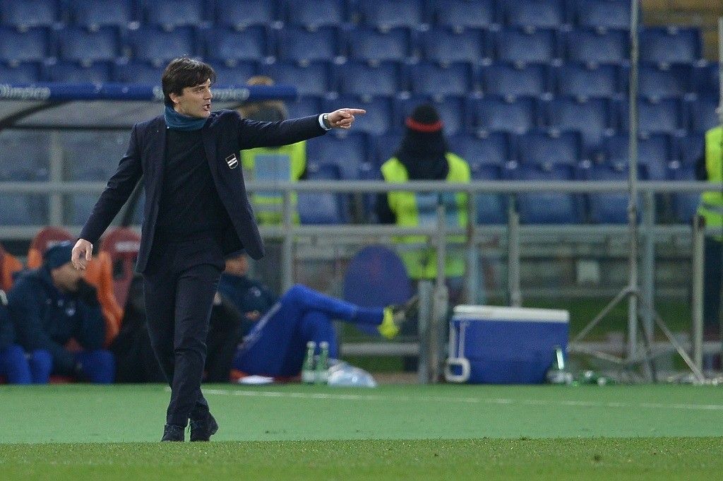 Sampdoria's coach from Italy Vincenzo Montella gestures during the Italian Serie A football match AS Roma vs Sampdoria at the Olympic Stadium in Rome on February 7, 2016. / AFP PHOTO / TIZIANA FABI