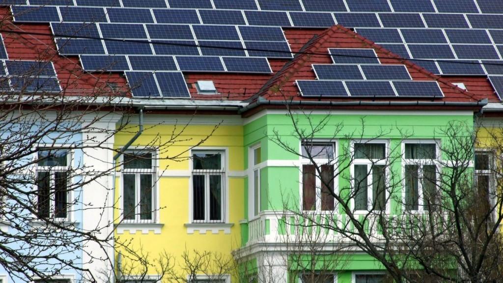 Budapest, 2016. április 4. Villamos energiát termelõ napelemek borítják a Heim Pál Gyermekkórház nemrég felújított C épületének tetõzetét a fõváros VIII. kerületében. MTVA/Bizományosi: Jászai Csaba  *************************** Kedves Felhasználó! Ez a fotó nem a Duna Médiaszolgáltató Zrt./MTI által készített és kiadott fényképfelvétel, így harmadik személy által támasztott bárminemû – különösen szerzõi jogi, szomszédos jogi és személyiségi jogi – igényért a fotó készítõje közvetlenül maga áll helyt, az MTVA felelõssége e körben kizárt.
