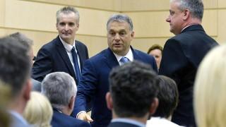 Dunaújváros, 2016. május 31.Orbán Viktor miniszterelnök (k) és Cserna Gábor (Fidesz-KDNP), Dunaújváros polgármestere (b) megérkezik a Modern városok program keretében kötött együttműködési megállapodás aláírására a dunaújvárosi polgármesteri hivatalban 2016. május 31-én.MTI Fotó: Koszticsák Szilárd