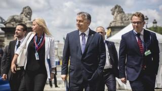Brüsszel, 2016. június 28. A Miniszterelnöki Sajtóiroda által közreadott képen Orbán Viktor miniszterelnök (k) érkezik az Európai Néppárt csúcstalálkozójára a brüsszeli Királyi Akadémia épületéhez 2016. június 28-án. Balra Rahói Zsuzsanna miniszterelnöki főtanácsadó és Havasi Bertalan, a Miniszterelnöki Sajtóiroda vezetője. MTI Fotó: Miniszterelnöki Sajtóiroda / Szecsődi Balázs