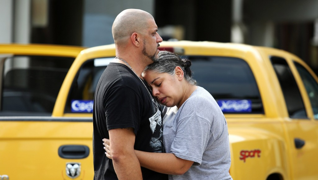 Orlando, 2016. június 12. Gyászolók a Pulse Orlando melegbár közelében a floridai Orlandóban, ahol egy fegyveres lövöldözni kezdett, majd túszokat ejtett 2016. június 12-én hajnalban. A rendõrség megrohamozta a magát elbarikádozó túszejtõt. A vérengzés legkevesebb ötven halálos áldozatot és ötvenhárom sebesültet követelt. A merénylõt, Omar Szaddiki Mateen 29 éves floridai lakost agyonlõtték.  (MTI/AP/Orlando Sentinel/Joe Burbank)