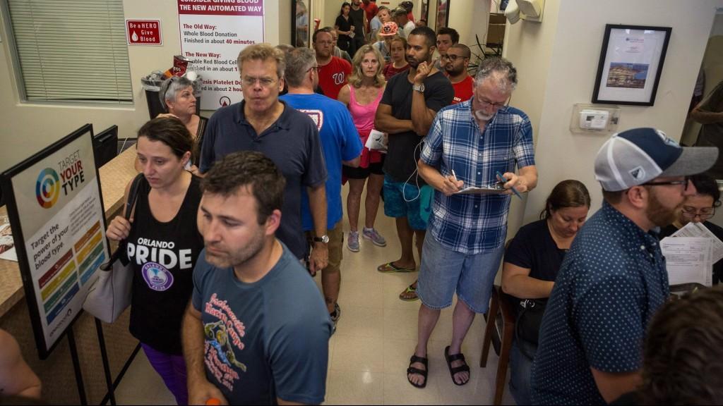 Orlando, 2016. június 12. Sürgõsségi véradásra jelentkezõk állnak sorban az órákkal korábban a floridai Orlandóban történt lövöldözés sebesültjei megsegítésére egy orlandói egészségügyi központban 2016. június 12-én. A Pulse Orlando melegbárban lövöldözõ és túszokat ejtõ, afgán szülõktõl New Yorkban született 29 éves Omar Mateent korábban lelõtték az épületet megrohamozó rendõrök. A vérengzés legkevesebb ötven halálos áldozatot és ötvenhárom sebesültet követelt. (MTI/AP/Tampa Bay Times/Loren Elliott)