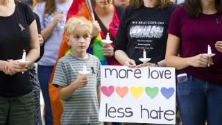 Moscow, 2016. június 13. Gyászolók virrasztással tisztelegnek a floridai Orlandóban történt lövöldözés áldozatai elõtt az Idaho állambeli Moscowban 2016. június 12-én. A Pulse Orlando melegbárban lövöldözõ és túszokat ejtõ, afgán szülõktõl New Yorkban született 29 éves Omar Mateent korábban lelõtték az épületet megrohamozó rendõrök. A vérengzés legkevesebb ötven halálos áldozatot és ötvenhárom sebesültet követelt. (MTI/AP/Moscow-Pullman Daily News/Geoff Crimmins)
