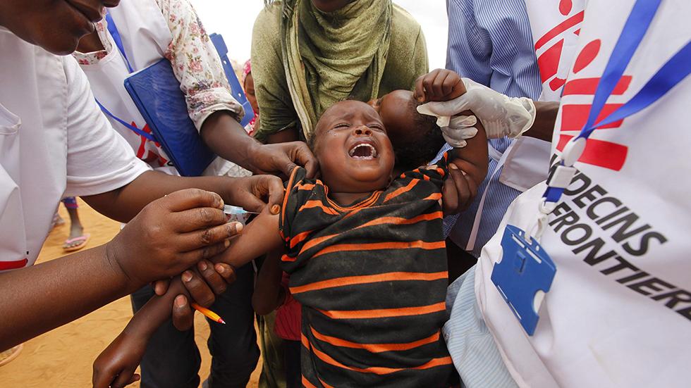 Dabaab, 2011. október 13.A Dabaab menekülttábor Ifo táborában kap védőoltást egy szomáliai menekült fiú a Medicins Sans Frontieres (Orvosok Határok Nélkül, MSF) orvosi segélyszervezet munkatársaitól Kenya északkeleti részén a 2011. augusztus 1-jén készült archív felvételen. Az MSF két munkatársát 2011. október 13-án fegyveresek elrabolták a Dabaab menekülttáborból, sofőrjüket pedig agyonlőtték. (MTI/EPA/Dai Kurokawa)