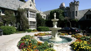 """The entrance of Playboy Enterprises CEO Hugh Hefner's mansion is shown in Los Angeles, California 23 August 2006. Hefner called journalists to promote the premiere in France of the series """"The Girl Next Door"""", a reality show that introduce the viewer into the daily life of Hefner and his three girlfriends.  AFP PHOTO / HECTOR MATA / AFP PHOTO / HECTOR MATA"""