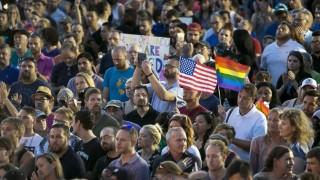 Phoenix, 2016. június 13. Gyászolók virrasztással tisztelegnek a floridai Orlandóban történt lövöldözés áldozatai elõtt Phoenixben 2016. június 12-én. A Pulse Orlando melegbárban lövöldözõ és túszokat ejtõ, afgán szülõktõl New Yorkban született 29 éves Omar Mateent korábban lelõtték az épületet megrohamozó rendõrök. A vérengzés legkevesebb ötven halálos áldozatot és ötvenhárom sebesültet követelt. (MTI/AP/The Arizona Republic/Thomas Hawthorne)