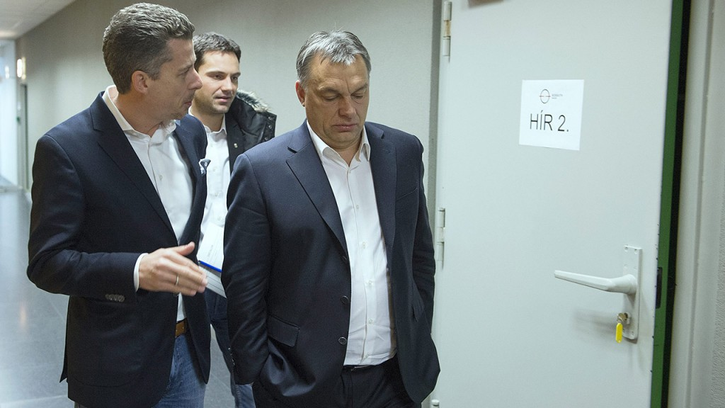 Budapest, 2014. február 21.Orbán viktor miniszterelnök (j) és Rákay Philip, az MTV Zrt. vezérigazgató-helyettese beszélget, miután a kormányfő interjút adott a Kossuth Rádió 180 perc című műsorában a Magyar Rádió stúdiójában 2014. február 21-én. Háttérben Havasi Bertalan, a kormányfő sajtófőnöke.MTI Fotó: Koszticsák Szilárd