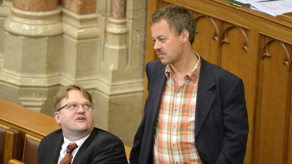 Budapest, 2016. május 23. Répássy Róbert (b) és Révész Máriusz fideszes képviselõk az Országgyûlés plenáris ülésén 2016. május 23-án. MTI Fotó: Kovács Tamás