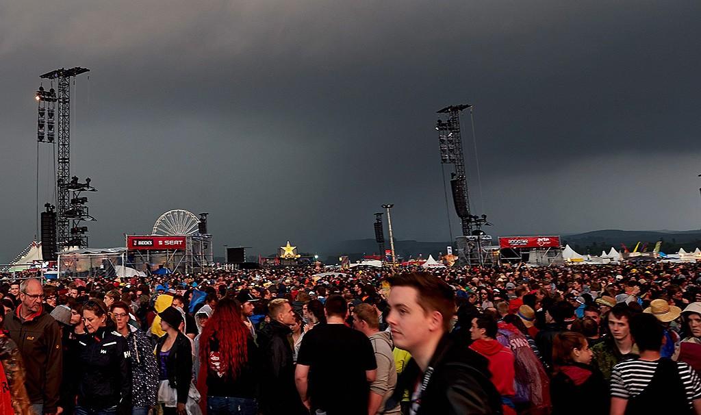Mendig, 2016. június 4.Viharfelhők a Rock am Ring zenei fesztivál közönsége fölött, a Köln közelében fekvő Mendigben 2016. június 3-án. Később vihar vonult át a térségen, és villámcsapás következtében megsérült negyvenkét ember, közülük egyet újra kellett éleszteni. (MTI/EPA/Thomas Frey)