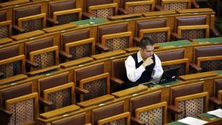 Budapest, 2016. június 7. Novák Elõd jobbikos képviselõ az Országgyûlés plenáris ülésén 2016. június 7-én. A képviselõt a Jobbik képviselõcsoportja június 6-án titkos szavazás során kizárta a párt parlamenti frakciójából. Novák Elõd június 8-iki hatállyal visszaadja mandátumát. MTI Fotó: Kovács Attila