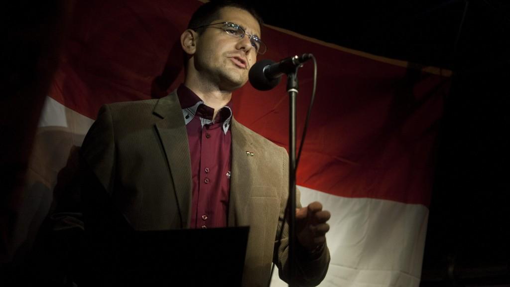 """Budapest, 2012. szeptember 28. Novák Elõd, a Jobbik alelnöke beszél Biszku Béla volt belügyminiszter II. kerületi háza elõtt 2012. szeptember 28-án. A Jobbik """"az elszámoltatásért és a kommunista luxusnyugdíjak megvonásáért"""" tartott Budapesten vonulásos demonstrációt, amelynek kezdetén több százan, a végén már több ezren vettek részt.  MTI Fotó: Marjai János"""