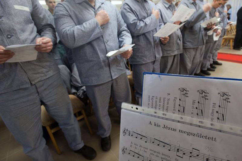 Tököl, 2011. december 19.Fogvatartottak részt vesznek a misén, amikor Erdő Péter bíboros, prímás, esztergom-budapesti érsek ünnepi szentmisét celebrál a Fiatalkorúak Büntetés-végrehajtási Intézetében, Tökölön.MTI Fotó: Koszticsák Szilárd