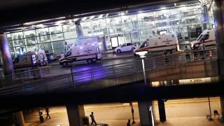 Isztambul, 2016. június 28. Mentõsök az isztambuli Atatürk repülõtéren 2016. június 28-án, miután egy vagy több merénylõ lövöldözött, majd felrobbantotta magát a légi kikötõben. Legalább tíz ember életét vesztette, mintegy hatvan megsebesült. (MTI/EPA/Sedat Suna)