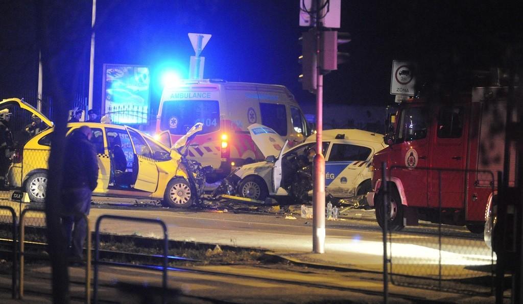 Budapest, 2015. február 7. Baleset helyszíne a fõváros XVIII. kerületében 2015. február 7-én, ahol két rendõr életét vesztette egy közúti balesetben kora hajnalban. Az Üllõi úton történt balesetben három autó ütközött, az egyik egy rendõrségi szolgálati gépkocsi volt. A rendõrautóban utazó törzsõrmester és õrmester olyan sérüléseket szenvedett, hogy a helyszínen életüket vesztették. Az egyik gépkocsiból egy embert a mentõk súlyos sérülésekkel kórházba vittek. MTI Fotó: Mihádák Zoltán