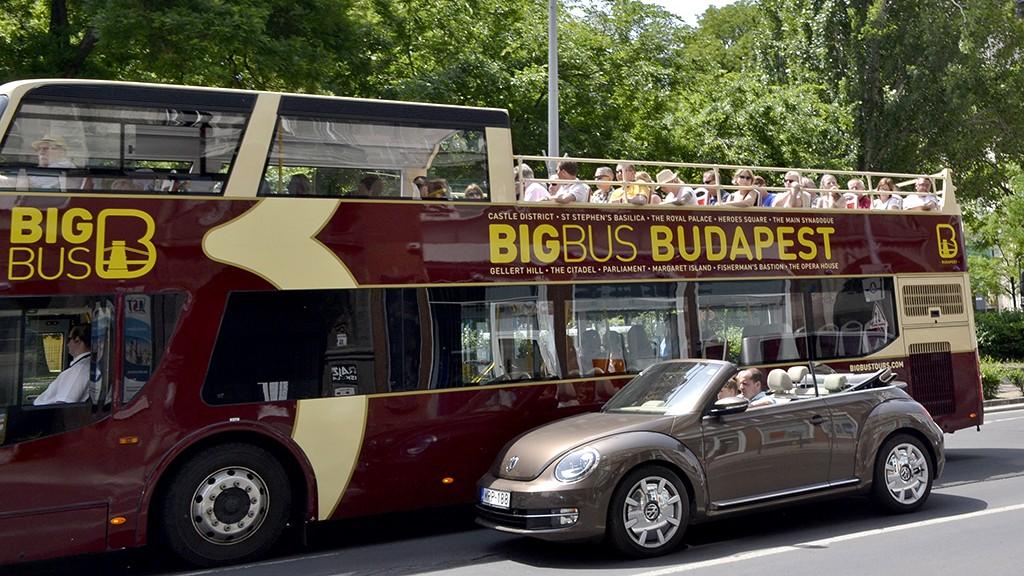 Budapest, 2014. május 23.Egy nyitott karosszériájú Volkswagen típusú személyautó halad el a Big Bus Tours Budapest hop on hop off rendszerben közlekedő városnéző turistákat szállító autóbusza mellett. A háttérben a Sziget Eye elnevezésű óriáskerék az Erzsébet téren.MTVA/Bizományosi: Róka László ***************************Kedves Felhasználó!Az Ön által most kiválasztott fénykép nem képezi az MTI fotókiadásának, valamint az MTVA fotóarchívumának szerves részét. A kép tartalmáért és a szövegért a fotó készítője vállalja a felelősséget.