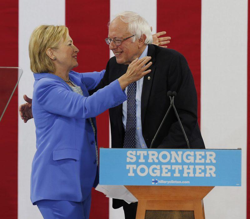 Portsmouth, 2016. július 12. Hillary Clinton, a Demokrata Párt várható elnökjelöltje (b) és korábbi riválisa, Bernie Sanders  vermonti szenátor elsõ közös kampánygyûlésén a New Hampshire állambeli Portsmouthban 2016. július 12-én. (MTI/EPA/CJ Gunther)