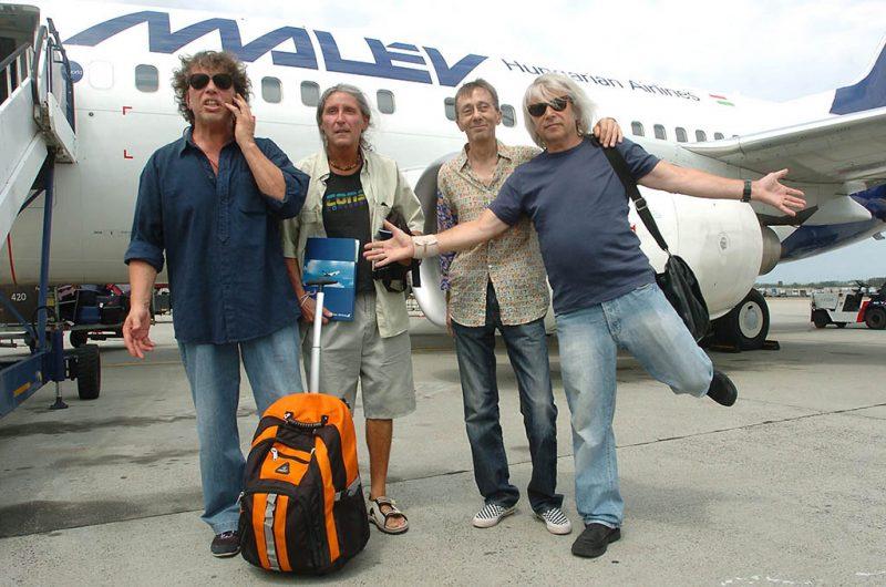 Budapest, 2007. július 28.Presser Gábor (b), Somló Tamás (j), Karácsony János (b2) és Solti János, az LGT zenekar tagjai - akik 30 év után ismét Erdélybe indulnak koncertezni a Félsziget fesztiválra - a Ferihegyi repülőtéren a gépindulás előtt. A zenekart 1977-ben egy koncertje után kitiltották Erdélyből, azóta nem léptek fel Romániában.MTI Fotó: Kovács Tamás