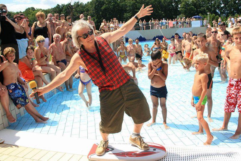 Sárvár, 2008. július 19.Somló Tamás zenész az első Strand-Szörf Bajnokságon a Sárvári Gyógy- és Wellnessfürdőben, ahol ezzel az extrém sporttal avatták fel az új hullámmedencét.MTI Fotó: Varga György