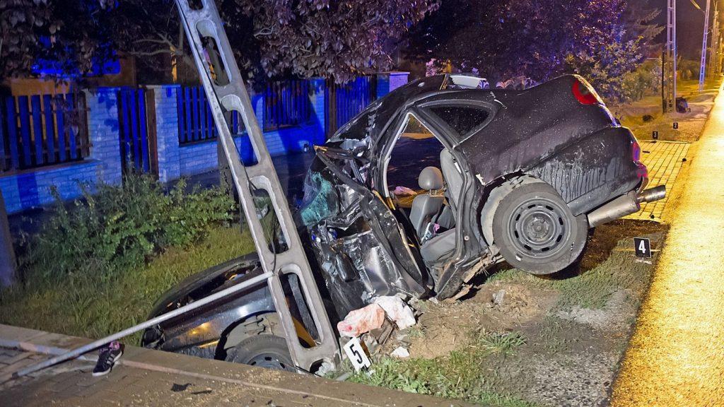 Vácrátót, 2016. július 16. Összeroncsolódott személyautó, amely villanyoszlopnak ütközött Vácrátóton az Alkotmány úton 2016. július 16-án hajnalban. A gépkocsiban hárman utaztak, egy férfi az ütközés következtében kirepült a jármûbõl, a helyszínen életét vesztette. A másik két utas - egy férfi és egy nõ - életveszélyes sérüléseket szenvedett. MTI Fotó: Lakatos Péter