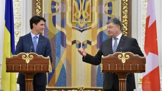 Ukrainian President Petro Poroshenko (R) gestures as he delivers a speech next to Prime Minister of Canada Justin Trudeau (L) during a joint press-conference following their meeting in Kiev on June 11, 2016, during Justin Trudeau first official two-days visit in Ukraine.   / AFP PHOTO / Sergei SUPINSKY