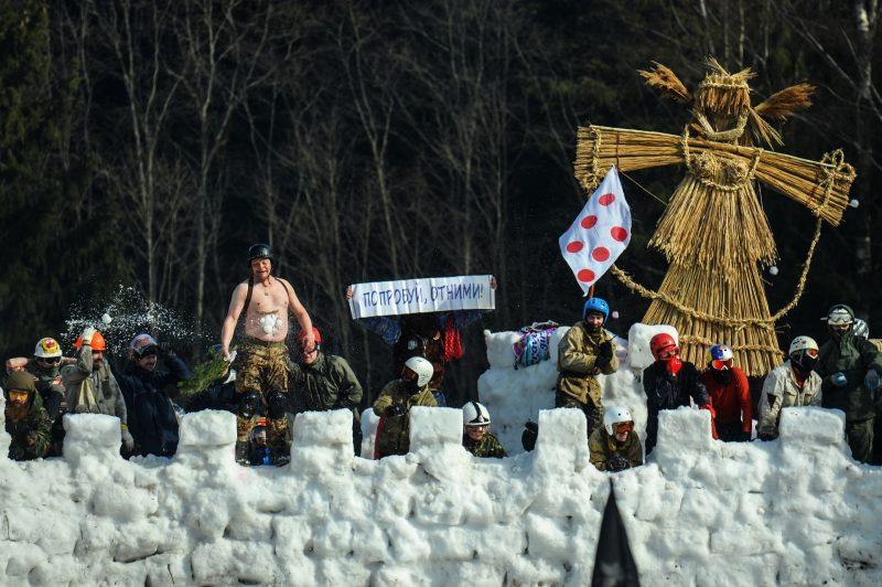 2806160 03/13/2016 Maslenitsa festivities and winter farewell ceremony during the famous Bakshevskaya Maslenitsa festival held near the Abramtsevo manor-museum, Moscow region. Evgenya Novozhenina/Sputnik