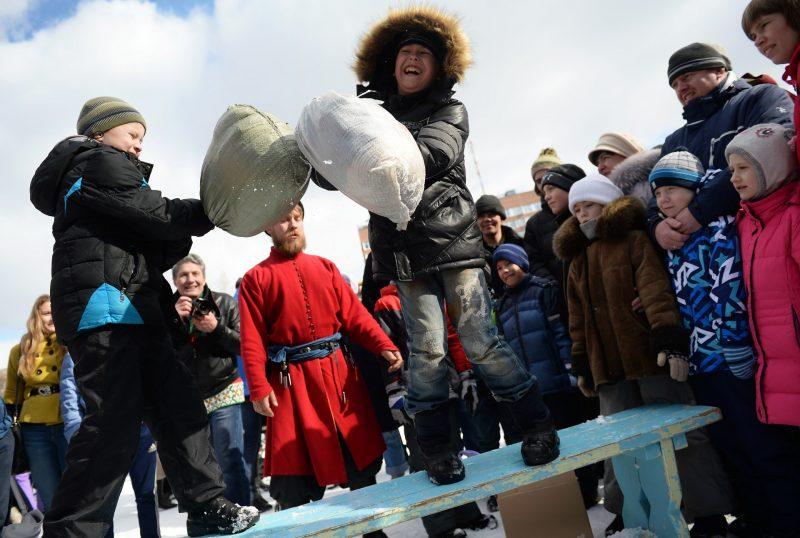 2806191 03/13/2016 A pillow fight during Maslenitsa festival in Yekaterinburg's Kharitonovsky Park. Pavel Lisitsyn/Sputnik