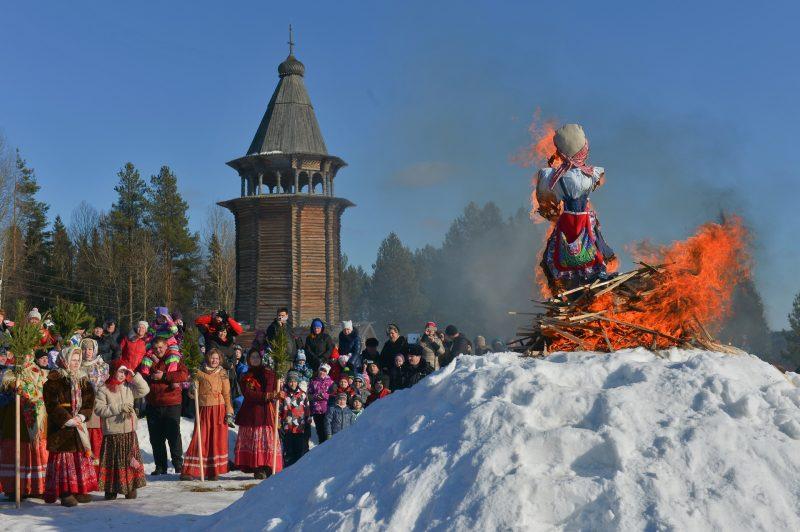 2806368 03/13/2016 Burning an effigy of winter during Maslenitsa festival at the Malye Korely Museum of Wooden Architecture and Folk Art, in the Arkhangelsk region. Vladimir Trefilov/Sputnik
