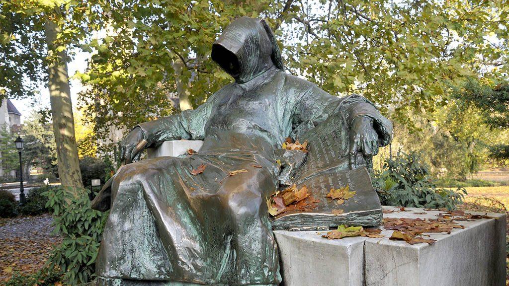 Budapest, 2009. november 16.Anonymus szobra, Ligeti Miklós alkotása. Több más helyszínváltozat után 1903. november 8-án került a szobor mai helyére, a városligeti Széchenyi-szigetre, a Vajdahunyadvár mellé.MTI Fotó: Kovács Sándor