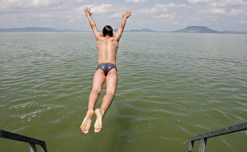 Balatonfenyves, 2009. május 16.Egy fiatal fiú beleugrik a Balatonba a balatonfenyvesi szabadstrandon. A napos időnek köszönhetően tó partján megjelentek az első napfürdőzők és fürdőzők. A víz hőmérséklete 18 Celsius-fok.MTI Fotó: Varga György