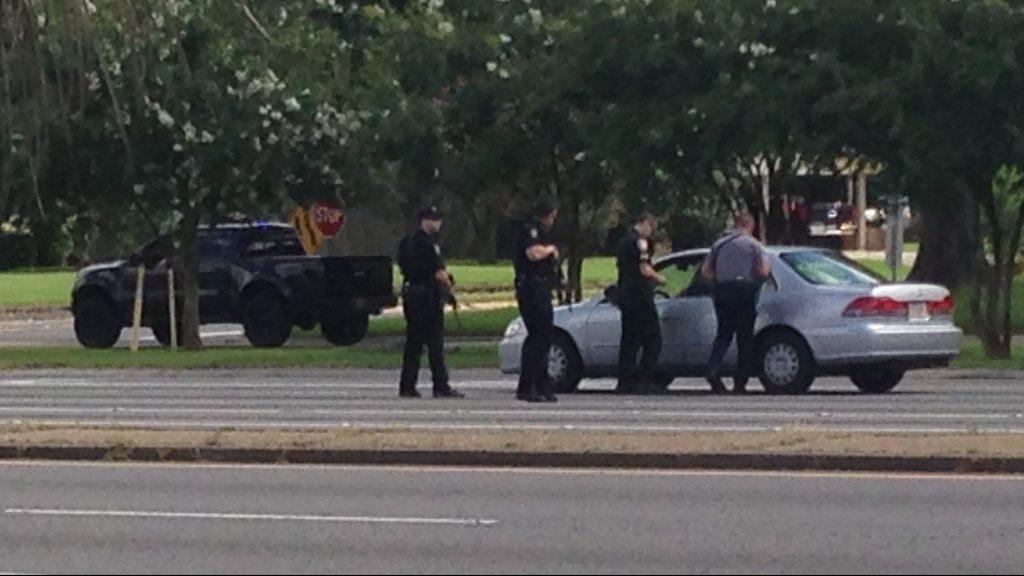 Baton Rouge, 2016. július 17. Rendõrök egy jármû vezetõjével beszélnek a Louisiana állambeli Baton Rouge-ban, ahol a hatóságok szerint megöltek három rendõrt 2016. július 17-én. A gyilkosság körülményei egyelõre nem ismertek. (MTI/AP/Mike Kunzelman)