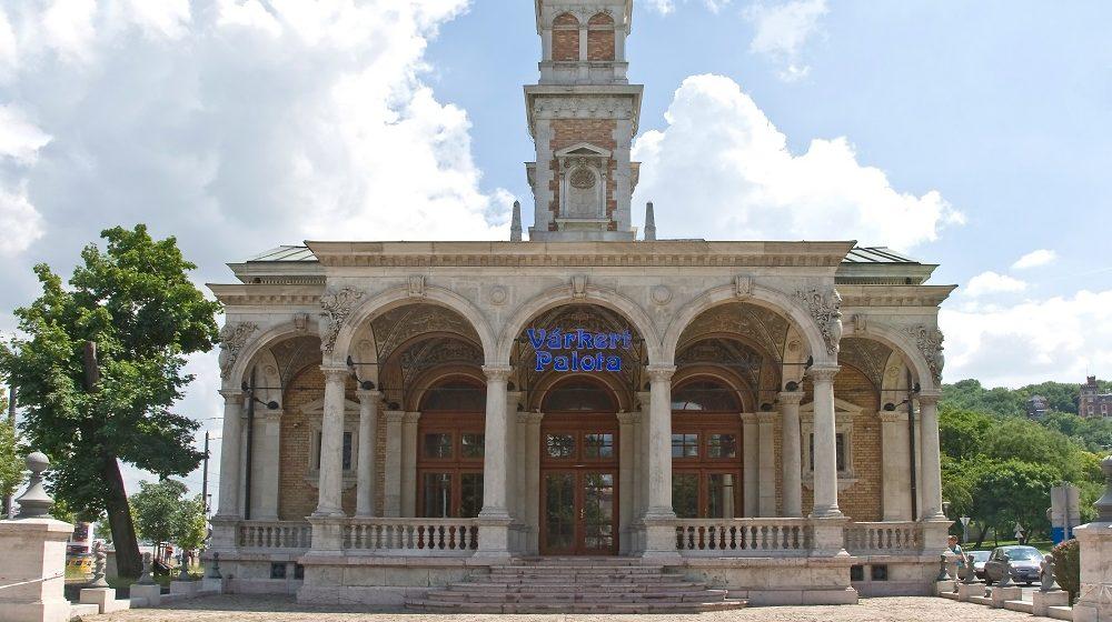 Budapest, 2013. június 8. A Várkert-kioszk vagy Várkert Palota mûemlék épülete (régi nevén Várkert kaszinó), a budai királyi palotát övezõ kertek lezárásaként épült a Várkert Bazárral egy idõben. A neoreneszánsz épület Budapest I. kerületében található, az Ybl Miklós téren. MTVA/Bizományosi: Faludi Imre  *************************** Kedves Felhasználó! Az Ön által most kiválasztott fénykép nem képezi az MTI fotókiadásának, valamint az MTVA fotóarchívumának szerves részét. A kép tartalmáért és a szövegért a fotó készítõje vállalja a felelõsséget.