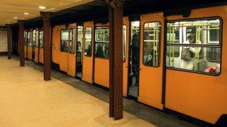 """Budapest, 2013. február 25. A BKK-BKV 1-es metró vonalának (korábbi, népszerûbb nevén a Budapesti Millenniumi Földalatti Vasút) egyik szerelvénye megérkezik az Oktogon téri állomására. A budapesti """"kéregvasút""""  1896. május 2. óta szolgálja a  fõváros közösségi közlekedését. MTVA/Bizományosi: Jászai Csaba  *************************** Kedves Felhasználó! Az Ön által most kiválasztott fénykép nem képezi az MTI fotókiadásának, valamint az MTVA fotóarchívumának szerves részét. A kép tartalmáért és a szövegért a fotó készítõje vállalja a felelõsséget."""