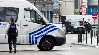 Brüsszel, 2016. július 20.  Belga rendõrök Brüsszel belvárosában, miután egy gynaús külsejû férfi miatt mozgosították õket 2016. július 20-án. Az illetõ vastag télikabátot viselt az utcán, a belga fõvárosban szokatlanul magas, 30 Celsius fokos hõmérséklethez egyáltalán nem illõ öltözéke alól pedig elektromos vezetékek lógtak ki. A rendõrség tájékoztatása szerint a férfit megadásra kényszerítették és ellenõrzés alatt tartják. (MTI/EPA/Laurent Dubrule)