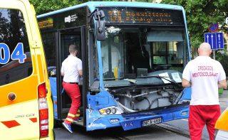 Budapest, 2016. július 29. Sérült 133E jelzésû autóbusz a fõváros XIV. kerületében, a Thököly út és a Szabó József utca keresztezõdésében, ahol a busz összeütközött egy személyautóval, amely ennek következtében behajtott a Szabó József utcába 2016. július 29-én. A balesetben öten megsérültek. MTI Fotó: Lakatos Péter