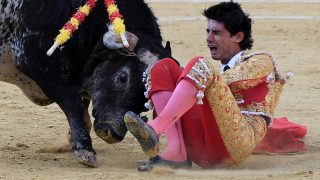 Teruel, 2016. július 10.Victor Barrio 29 éves spanyol matadort felökleli harmadik bikája egy terueli bikaviadalon 2016. július 9-én. Bario belehalt sérüléseibe. (MTI/EPA/Antonio García)