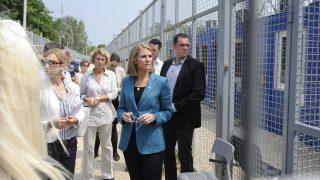 Röszke, 2016. július 28. Colleen Bell amerikai nagykövet (j3) a röszkei tranzitzónában 2016. július 28-án. MTI Fotó: Kelemen Zoltán Gergely